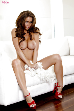 Emily Addison In Roten Dessous Und High Heels (13)